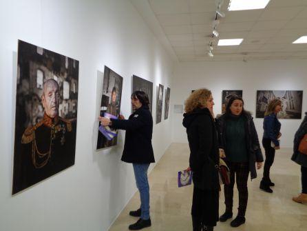 Paco Santamaría recoloca uno de los retratos momentos antes de inaugurarse la exposición