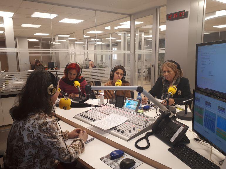 Rosa Alcubilla, María Sanz de la Asamblea Feminista de Aranda y Amparo Simón de UGT han participado en la tertulia de Hoy por Hoy Aranda sobre las movilizaciones feministas del 8M. A través del teléfono también participaba Mary Carmen Noceda de CCOO