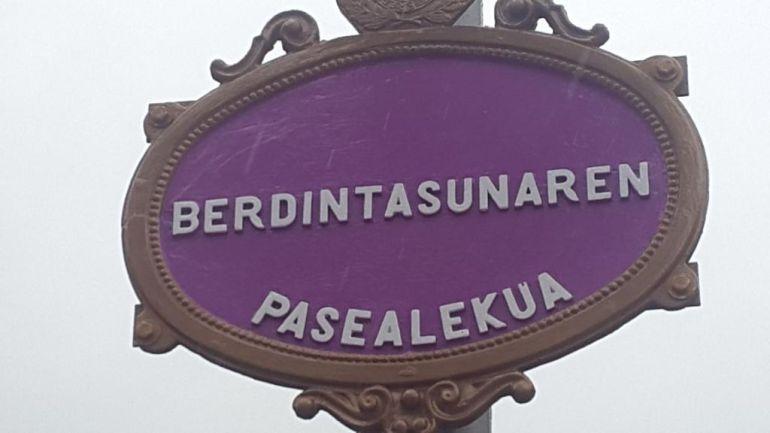 El nuevo paseo sobre las vías del tren, entre Legarre y Amaña, lleva el nombre de 'Berdintasunaren pasealekua'
