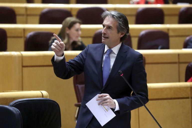 El ministro de Fomento, Iñigo de la Serna, durante su intervención en la sesión de control al Gobierno celebrada en el pleno del Senado
