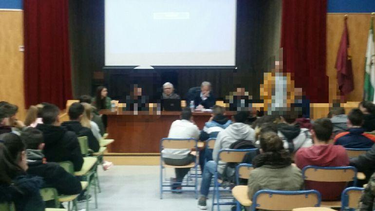 Momento de la charla con participación de los reclusos de la cárcel de Jaén