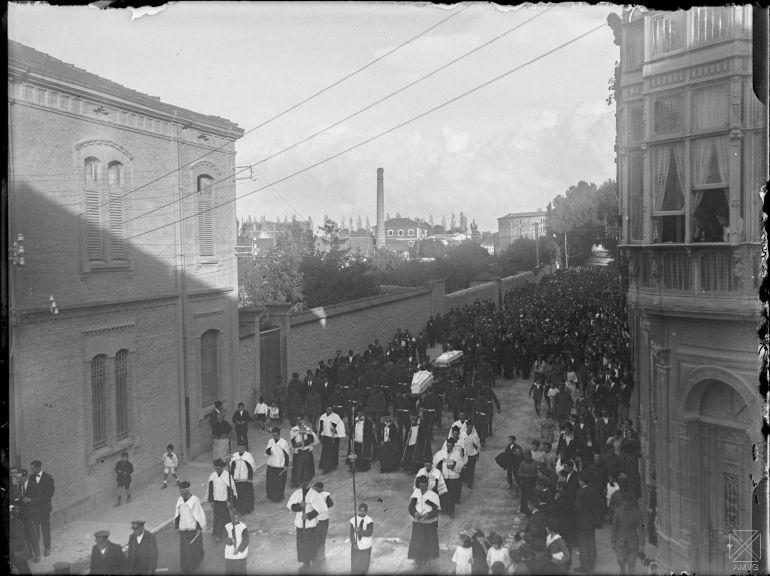 Conducción de los féretros al cementerio a su paso por la calle Sur (Manuel Iradier)