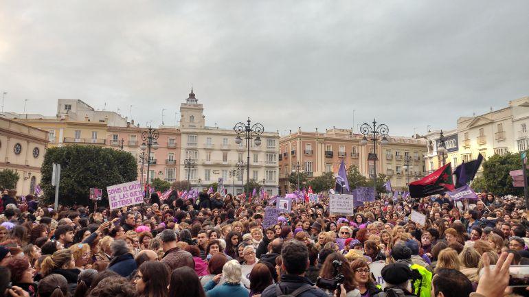 Inicio de la manifestación por el 8-M en Cádiz