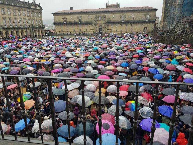 Masiva protesta en la plaza del Obradoiro en este 8-M