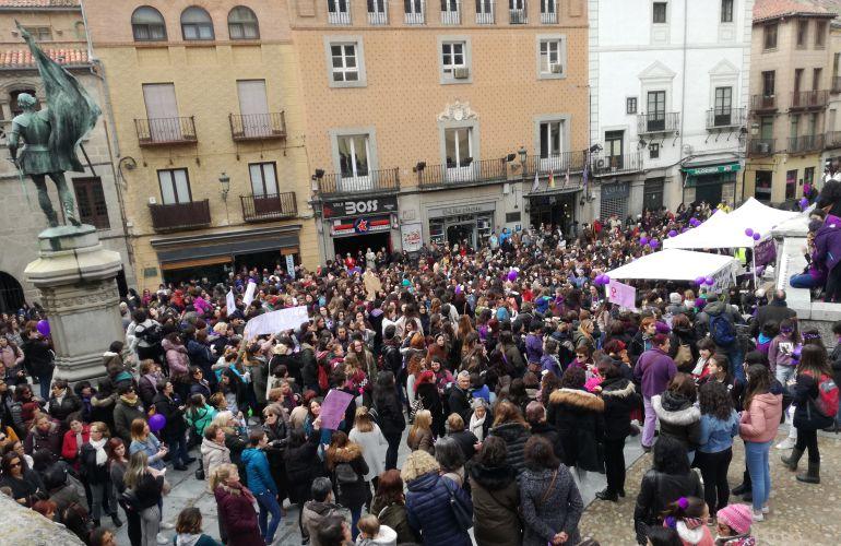 Cerca de mil personas se han concentrado en la Plaza de San Martín convocadas por la Plataforma Feminista de Segovia