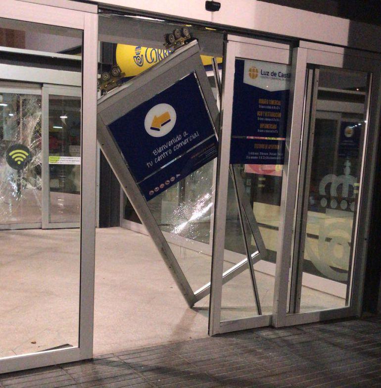 Estado de la puerta principal del Centro Comercial Luz de Castilla tras ser reventada por los ladrones