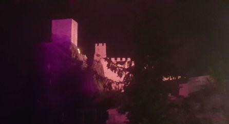 El castillo de La Irula lucirá el color morado en su alumbrado nocturno durante una semana