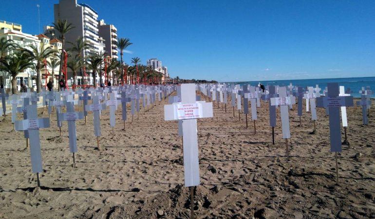 739 cruces blancas de cartón, una por cada víctima de la violencia machista a lo largo de los últimos 10 años, en la paya del Fortí de Vinaròs