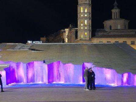 La fuente de la Hispanidad, en la Plaza del Pilar, se ilumina de morado
