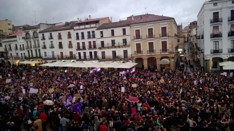 Aspecto de la Plaza Mayor en la manifestación del 8M en Cáceres