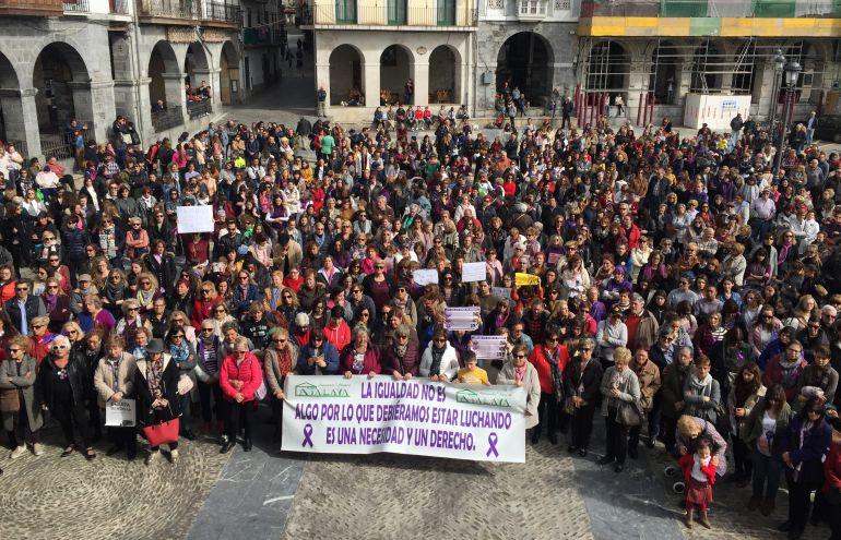 La concentración finalizó con un minuto de silencio en recuerdo de las mujeres asesinadas este año.