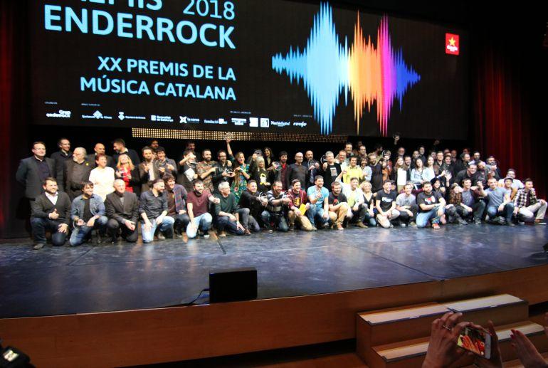 Foto de família dels guardonats en els premis Enderrock 2018.