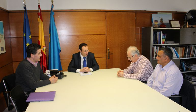 El consejero de Presidencia, Guillermo Martínez (en el centro), en la reunión mantenida con el presidente de la Comunidad Islámica del Principado de Asturias (segundo por la derecha).