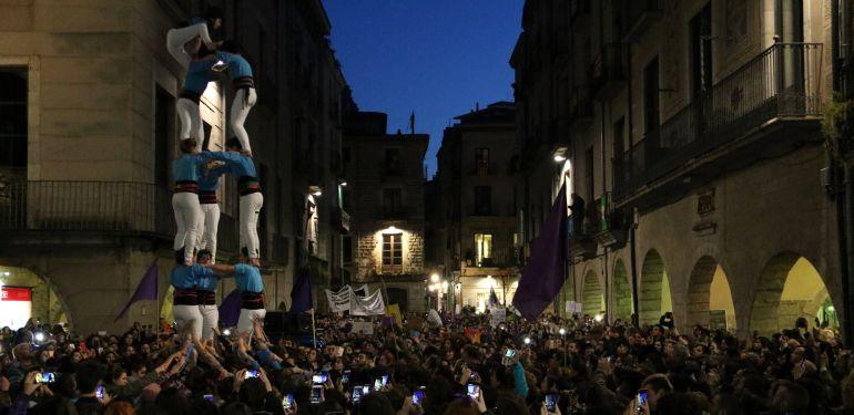 La plaça del Vi plena a vessar. Les dones 'xoriguers' fan un castell.