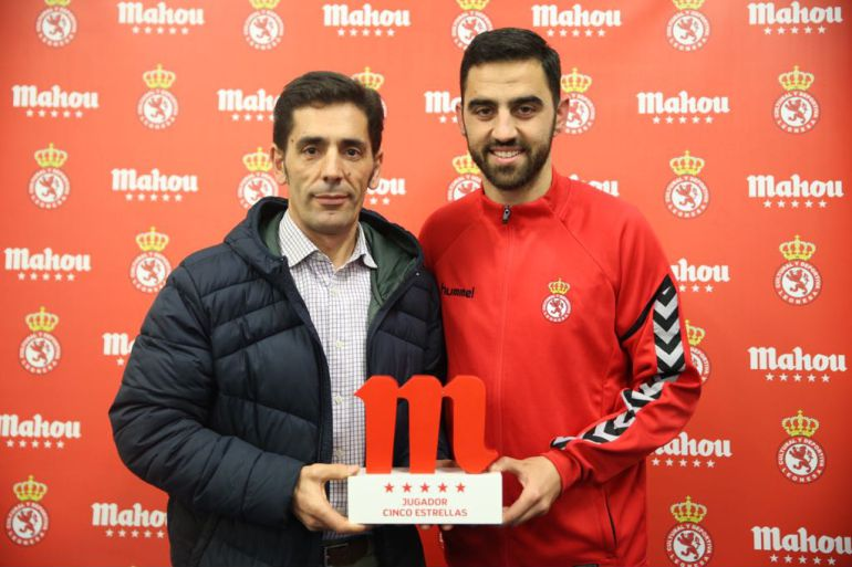 Viti recibe de los responsables de Mahou el premio al mejor juagdor del mes