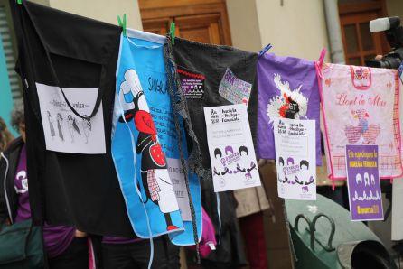 Delantales y carteles reivindicativos en la jornada del 8M en Cuéllar
