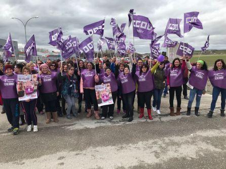 Mujeres trabajadoras se concentraron ayer a las puertas de su trabajo en Cuéllar