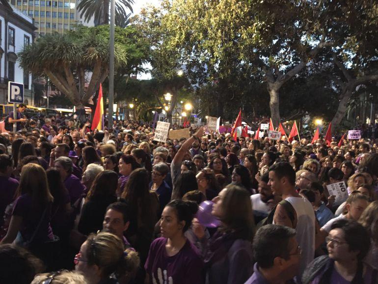 Masivas movilizaciones en las dos capitales canarias por la igualdad