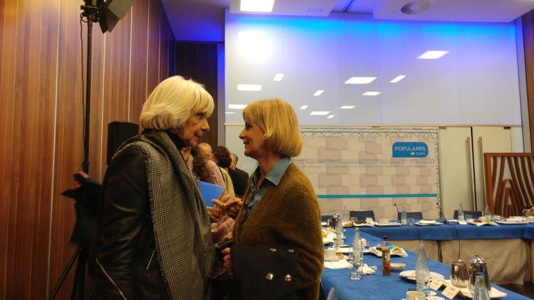 Teófila Martínez charla con María José García Pelayo poco después de anunciar su decisión de no repetir como candidata a la alcaldía de Cádiz
