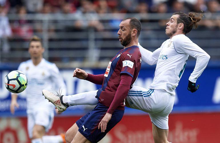 Ivan Ramis, que se retiró lesionado, pelea un balón con Gareth Bale