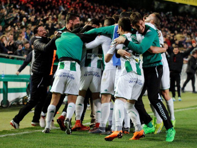 Los jugadores celebran el gol de Guardiola