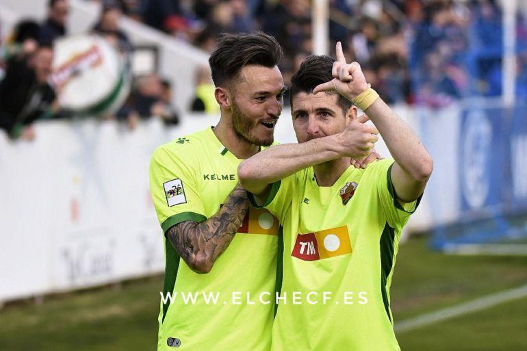Javi Flores, a la derecha, es felicitado por Josan tras marcar el gol del Elche