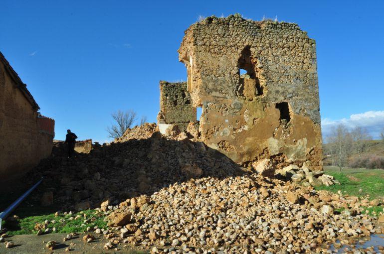 El muro oeste del castillo de Alcuetas se ha venido abajo