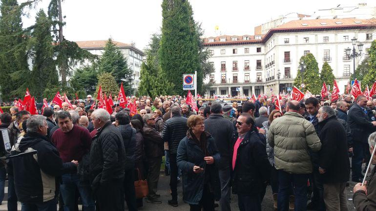 Concentración convocada por las federaciones de pensionistas de UGT y CCOO en la Plaza de España de Oviedo el pasado mes de febrero.