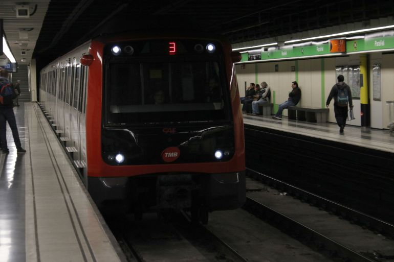 Un dels trens de la L3 que correspon al mateix model que es compraran per a reforçar la xarxa de metros de TMB