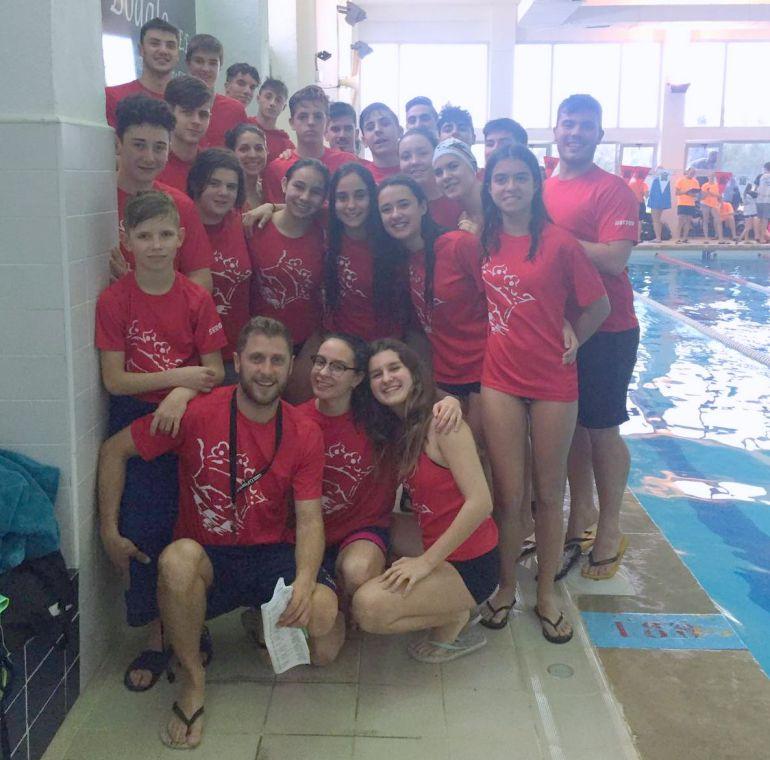 Los nadadores en la piscina del Centro Excursionista Eldense