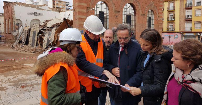 El consejero de Fomento, Felip López (centro), junto a varias autoridades locales y provinciales.