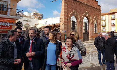 El alcalde de Linares, Juan Fernández (izquierda), habla con el consejero de Fomento, Felipe López.