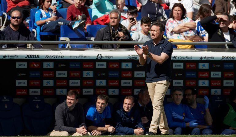 Eusebio da indicaciones a sus jugadores contra el Espanyol