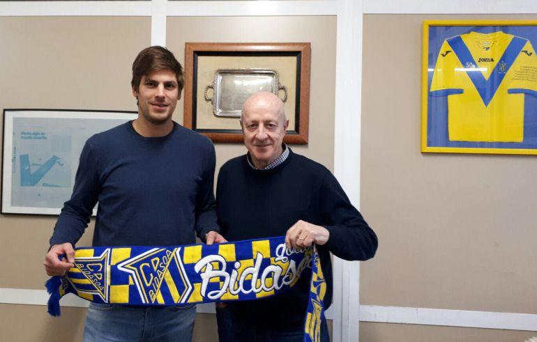 Paco Barthe posa con Iñaki Emaldi, vicepresidente deportivo de Bidasoa, en las oficinas del club irundarra