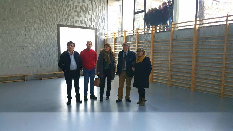 El delegado territorial y la directora provincial de Educación visitan el gimnasio del colegio 'La Villa' acompañados del director del centro, el alcalde de Cuéllar y la concejal de Educación.