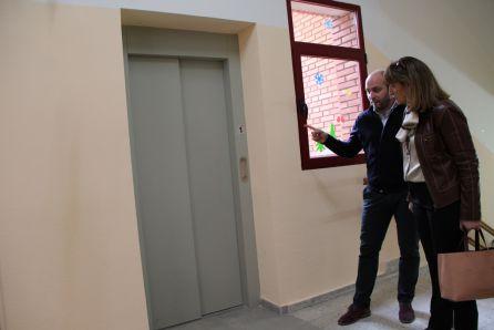 La directora de educación observa el ascensor del colegio de Santa Clara junto al director del centro en una visita anterior.