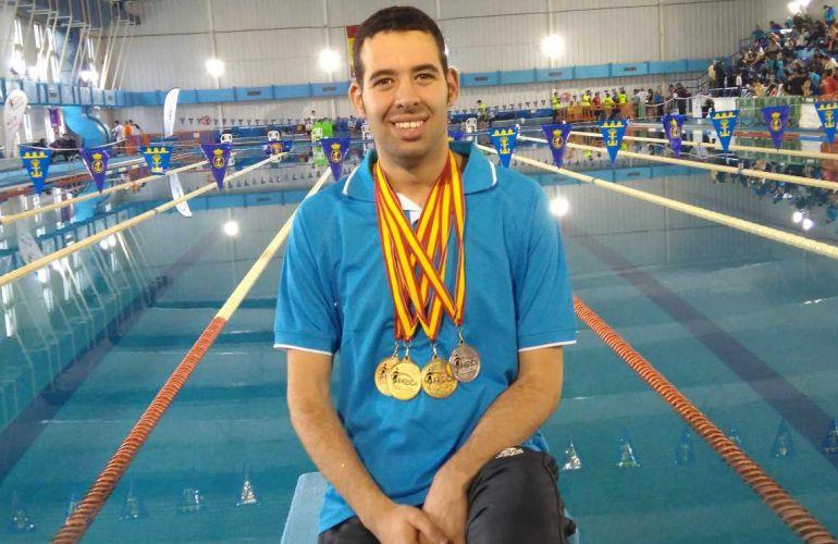 Carlos Tejada luciendo sus medallas.