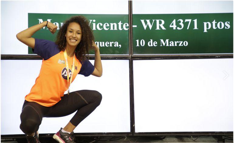 María Vicente posa con el récord del Mundo