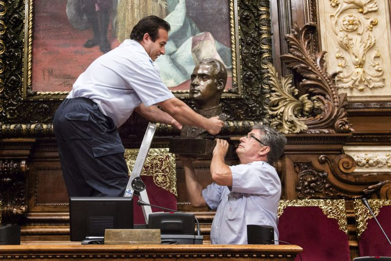 """El 23 de juliol de 2015, dos operaris municipals retiraven el bust del rei Joan Carles I del Saló de la Reina Regent de l'Ajuntament de Barcelona, després que l'equip de govern d'Ada Colau argumentés que així es resolia """"una situació anòmala """" perquè, Joan Carles"""" no és cap de l'Estat des de juny de 2014 """" i a més hi ha un sobredimensionament de la simbologia monàrquica a l'ajuntament"""
