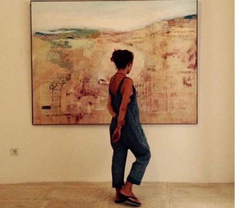 La artista Blanca Orozco contempla una de las pinturas que expondrá en elMuseo de Baelo Claudia