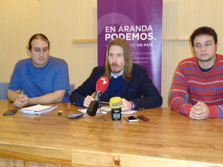 Pablo Fernandez, portavoz parlamentario de Podemos en Castilla y Léon, con Mario Martín, portavoz de Sí Se Puede Aranda (izq) y Félix Díez, procurador por Burgos