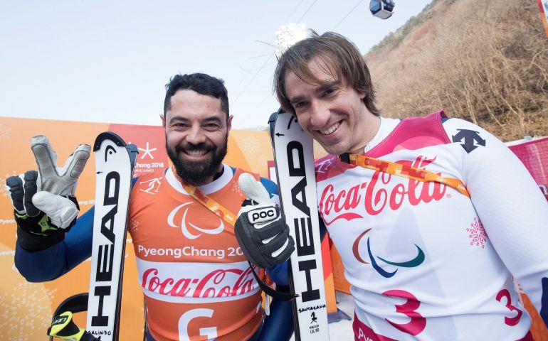 Los esquiadores españoles Jon Santacana (dch) y su guía Miguel Galindo celebran la medalla de plata en la prueba Supercombinada de los Juegos Paralímpicos que se disputan en PyeongChang (Corea del Sur).