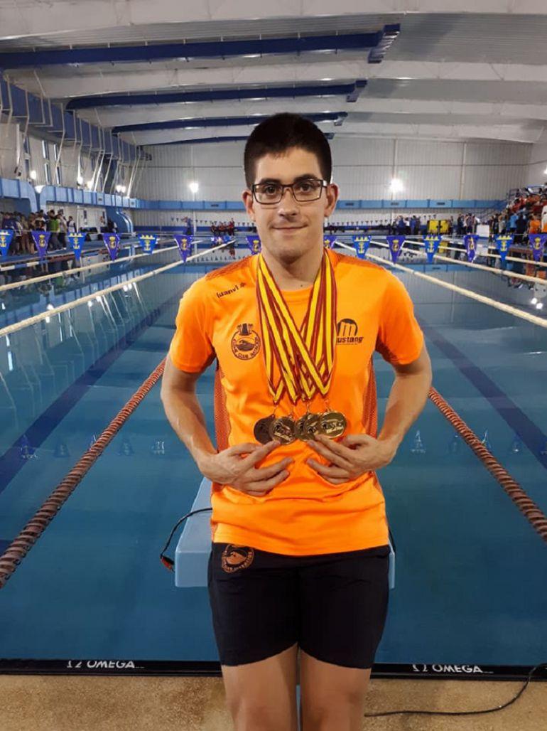 Luis Paredes Marco posa con sus medallas