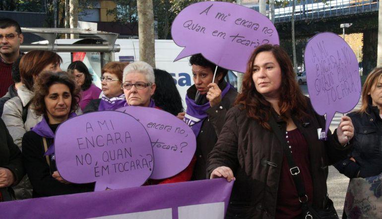 Una concentració per denunciar la violència de gènere.