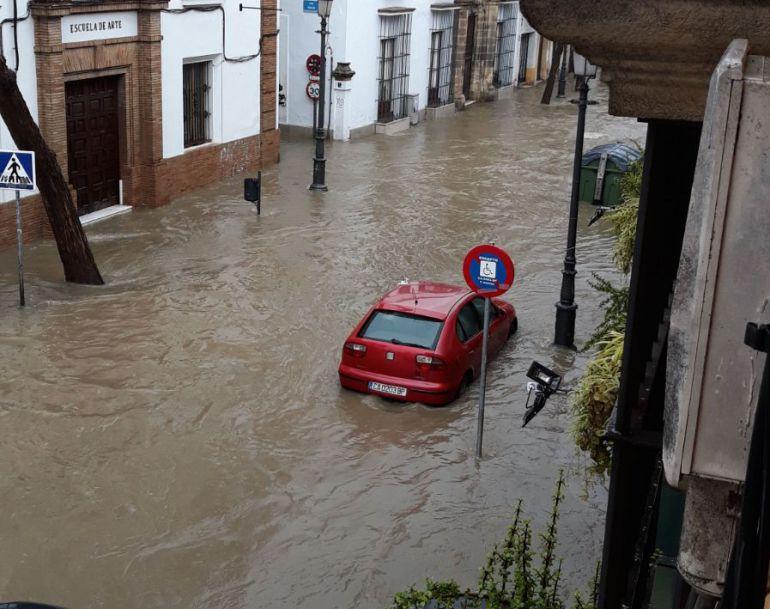 La tromba de agua del pasado sábado provocó una riada en la céntrica calle Porvera de Jerez