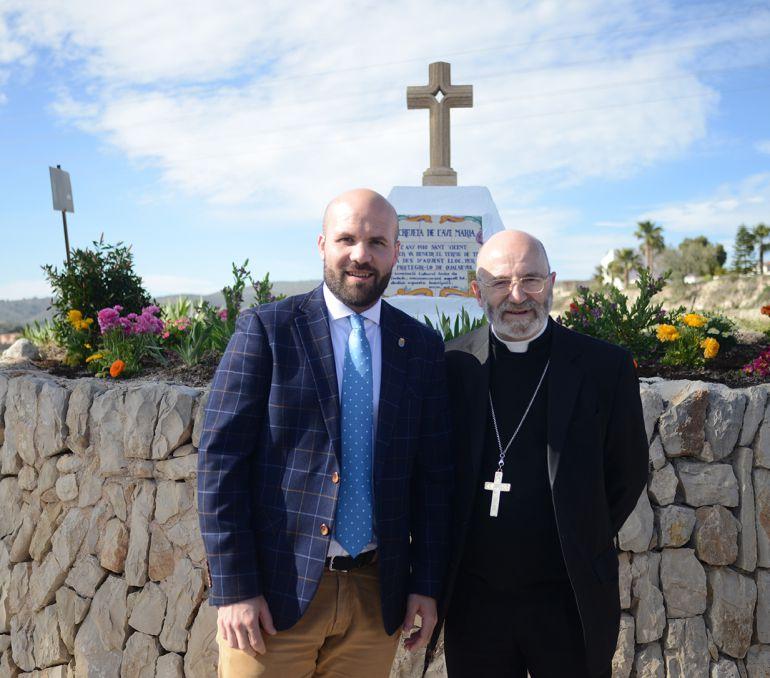 Carlos Linares, alcalde de Teulada, y Raymond Céntene, obispo de Vannes.