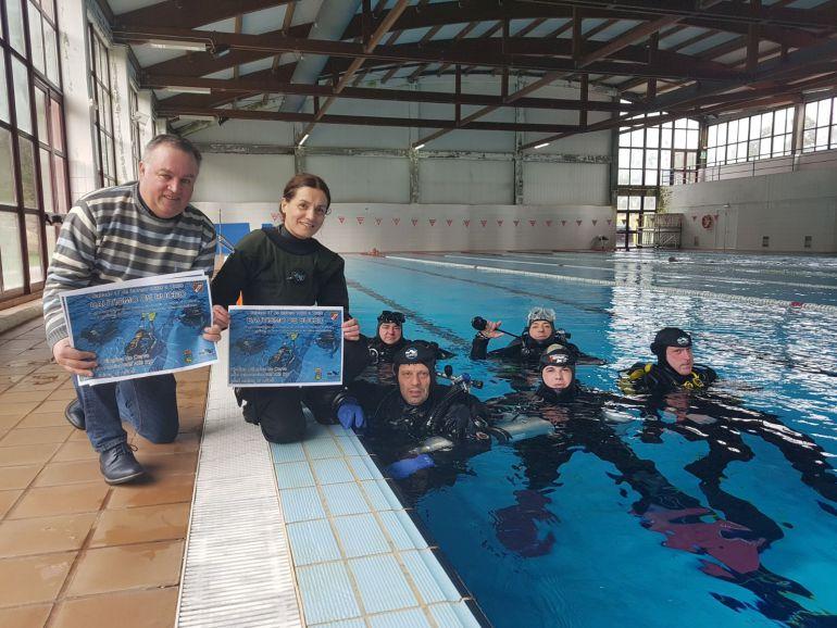 El concejal de deportes,Jose Ramón Soto, y la monitora del club, Ana Ferreiro, presentaron el cartel de la actividad
