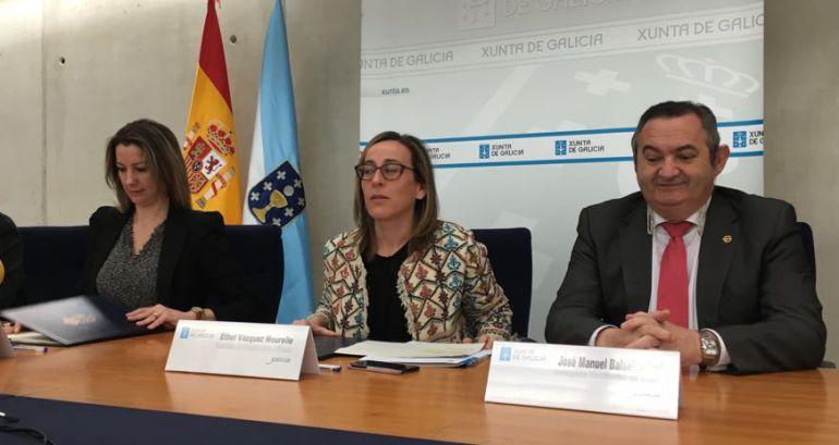 Ethel Vázquez (2d), con Balseiro (1d) y Lara Méndez (3d) en la firma del acuerdo para ceder 9 locales en A Tinería
