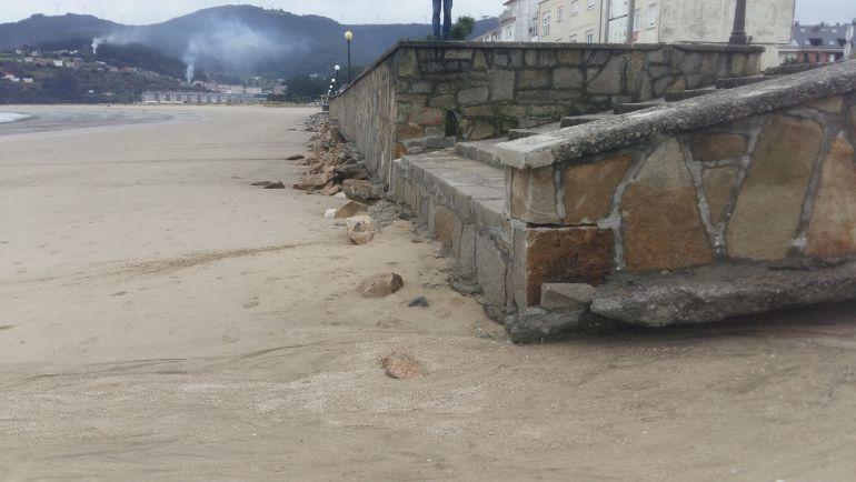 Muro del paseo de Covas practicamente en el aire