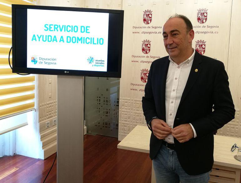 El diputado provincial responsable de Asuntos Sociales esta mañana ante los medios de comunicación donde ha pedido la dimisión del portavoz socialista Alberto Serna